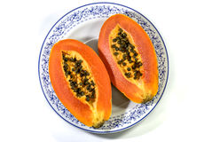 Papaye dans le plat en céramique d'isolement sur le blanc Photos stock