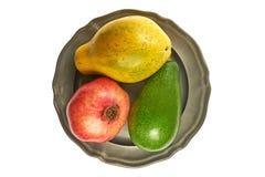 Papaye, mangue et grenade - trois fruits exotiques sur une plaque de métal image libre de droits