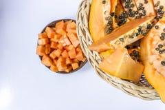 Papaye/papaye dans la corbeille de fruits de canne sur le fond blanc Photographie stock libre de droits