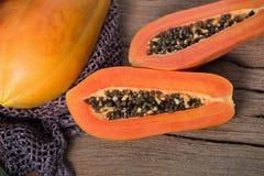 Papaye sur le fond en bois Découpé en tranches de la papaye Images stock