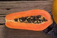 Papaye sur le fond en bois Découpé en tranches de la papaye Photographie stock libre de droits