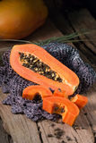 Papaye sur le fond en bois Découpé en tranches de la papaye Photo stock