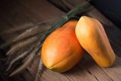 Papaye sur le fond en bois Découpé en tranches de la papaye Image libre de droits