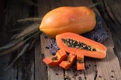 Papaye sur le fond en bois Découpé en tranches de la papaye Image stock