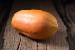Papaye sur le fond en bois Découpé en tranches de la papaye Photos stock