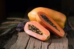 Papaye sur le fond en bois Découpé en tranches de la papaye Photo libre de droits