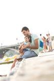 Papazitting met zijn kleine dochter Royalty-vrije Stock Afbeeldingen
