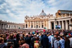 Pape Francis tient un Général Audience sur la place de St Peter remplie de beaucoup de pèlerins à Rome, Italie Photographie stock