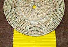 Papel amarelo no fundo de madeira Fotos de Stock Royalty Free