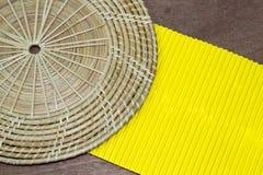 Papel amarelo no fundo de madeira da tabela Imagem de Stock Royalty Free