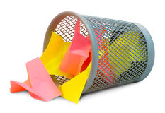 Papel amarrotado colorido na cesta Fotografia de Stock