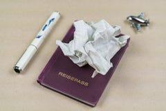 Papel amarrotado em um passaporte com pena Imagens de Stock Royalty Free