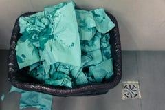 Papel amarrotado no balde do lixo Fotografia de Stock Royalty Free