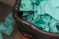 Papel amarrotado no balde do lixo Imagens de Stock