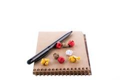Papel amarrotado, pena e um caderno Fotografia de Stock Royalty Free