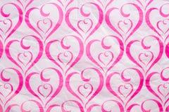Papel amarrotado rosa do teste padrão do coração foto de stock