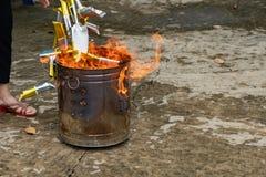 Papel ardiendo de billetes del oro imagen de archivo