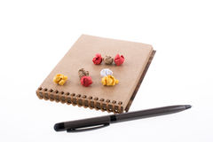 Papel arrugado, pluma y un cuaderno Imagenes de archivo