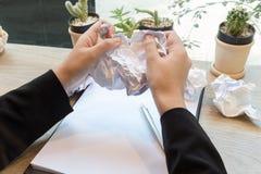 Papel arrugado y empresaria que rasgan otra bola de papel Imagen de archivo libre de regalías