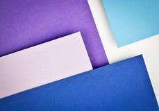 Papel azul que se inclina sobre uno a fotografía de archivo libre de regalías