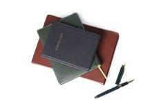 Papel blanco del cuaderno marrón y negro con la pluma en el fondo blanco Fotografía de archivo