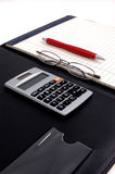 Papel, calculadora e pena Fotografia de Stock Royalty Free