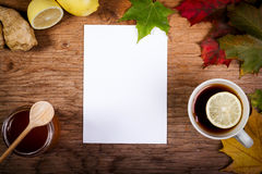 Papel, chá e mel na tabela com folhas de outono Fotos de Stock