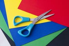 Papel coloreado y tijeras Imagen de archivo libre de regalías