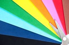 Papel coloreado y tijeras Foto de archivo
