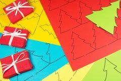 Papel colorido con la impresión y los regalos Imagenes de archivo