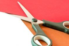 Papel colorido con las tijeras Imagen de archivo libre de regalías