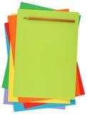 Papel colorido e lápis Fotos de Stock Royalty Free