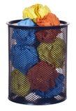 Papel colorido en la papelera de reciclaje aislada Imagen de archivo