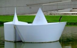 Papel-como barcos com um pássaro na borda fotografia de stock royalty free