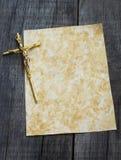 Papel con crucifijo Fotos de archivo libres de regalías