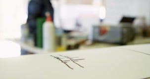Papel con diseño en el taller 4k metrajes