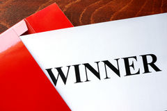 Papel con el ganador de la palabra fotos de archivo
