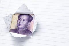 Papel con la apertura de la ventana que muestra el dinero en circulación chino Foto de archivo