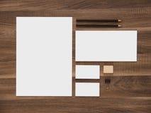 Papel con membrete, sobre y tarjetas de visita en blanco encendido Imagen de archivo libre de regalías