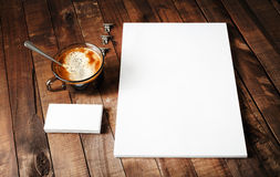 Papel con membrete, taza de café y tarjetas de visita Fotografía de archivo libre de regalías