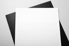 Papel con membrete y carpeta en blanco Imagen de archivo libre de regalías