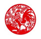 Papel-corte plano rojo de la forma redonda en blanco como símbolo del Año Nuevo chino del gallo Imagen de archivo