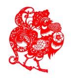 Papel-corte plano rojo en blanco como símbolo del Año Nuevo chino del gallo Fotos de archivo