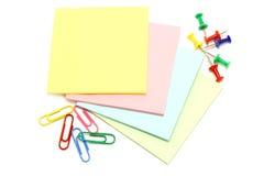 Papel da cor com pinos e grampos de desenho Imagens de Stock Royalty Free