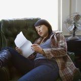 Papel da leitura da mulher. Fotografia de Stock Royalty Free