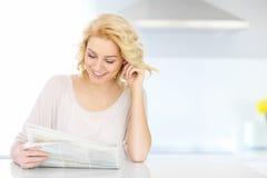 Papel da leitura da mulher na manhã Imagem de Stock Royalty Free