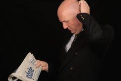 Papel da leitura do homem de negócios Foto de Stock Royalty Free