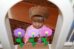 Papel da menina que joga como um cozinheiro chefe Foto de Stock Royalty Free