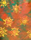Papel da pasta: Sóis amarelos no fundo vermelho e verde Imagens de Stock Royalty Free