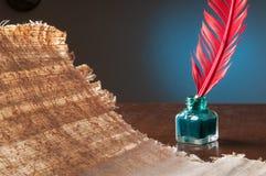 Papel da pena e do papiro Fotos de Stock Royalty Free